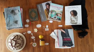 Moodboard mit Büchern, Brot, Zitrone und Blume